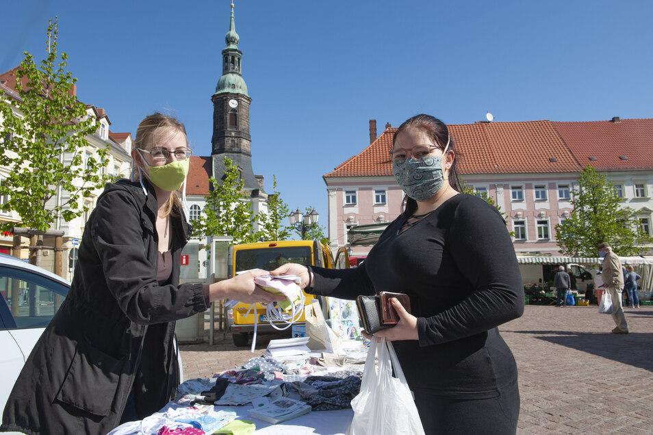 Der Bedarf ist da: Stefanie Damme (re.) kaufte bei Sophie Peters gleich Masken für die Großeltern und Arbeitskollegen mit ein.