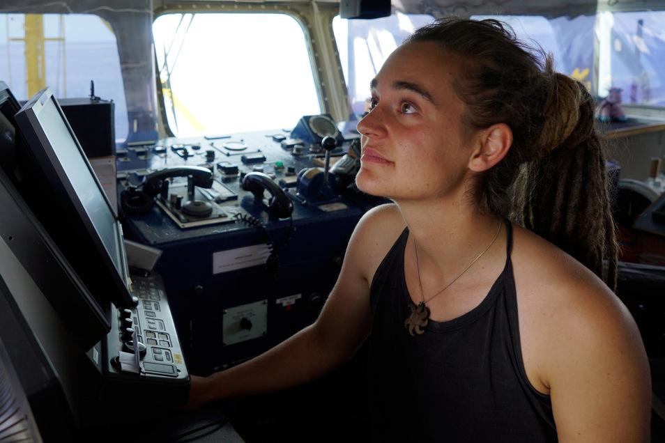 """Carola Rackete im Sommer 2019 als Kapitänin auf der Brücke der """"Sea-Watch 3""""."""
