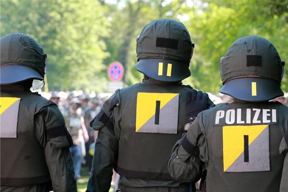 Aus der Menge heraus waren Polizisten angegriffen worden.