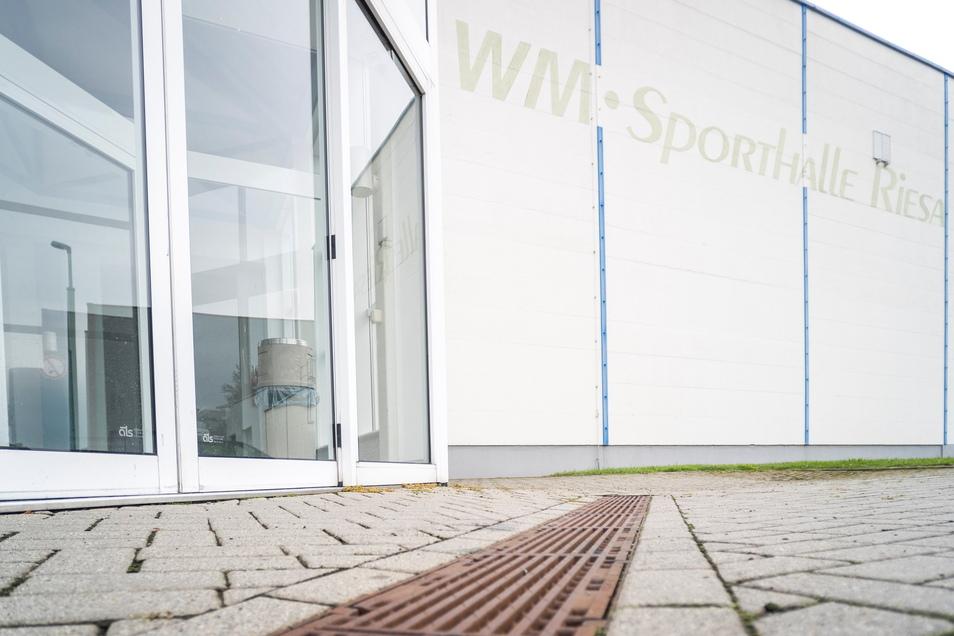 Eine Entwässerungsrinne vorm Eingang der WM-Halle: Die Stadt will das ihr gehörende Gebäude besser vor Überflutungen schützen. Solche hatte es in der Vergangenheit bereits gegeben.