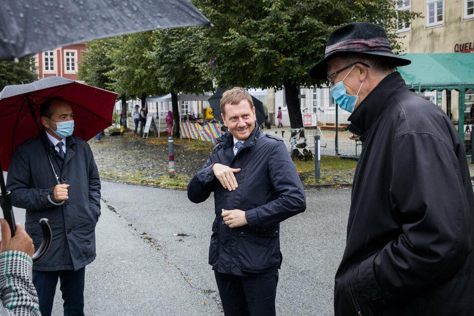 Sachsens Ministerpräsident Michael Kretschmer (CDU, M) beim 7. Ostritzer Friedensfest mit Michael Schlitt, ( r.) und dem Görlitzer Oberbürgermeister Octavian Ursu.