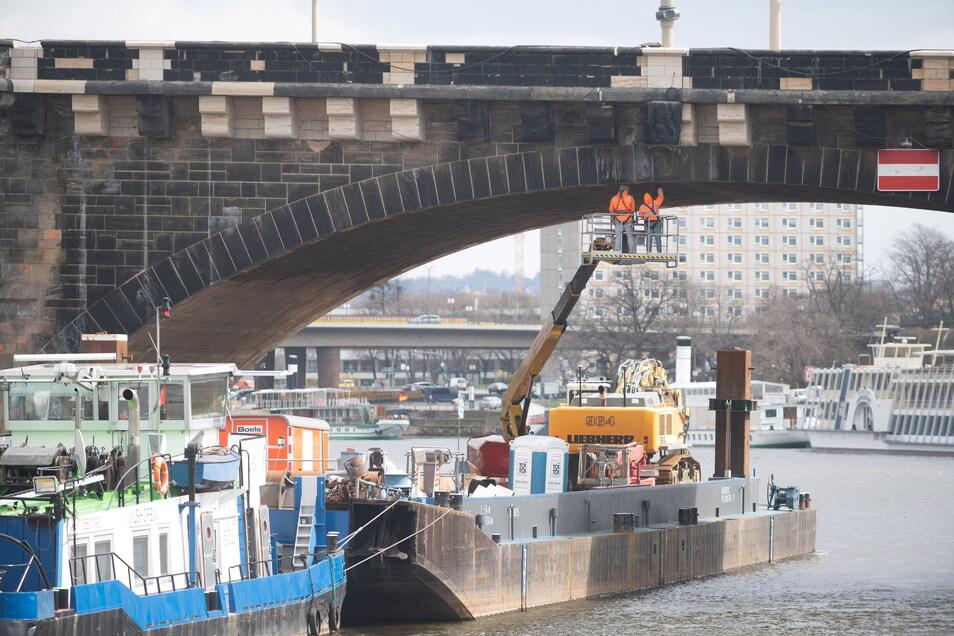 Vom Schiff aus werden derzeit sowohl die Stirnflächen als auch die Unterseiten der Augustusbrücke inspiziert.