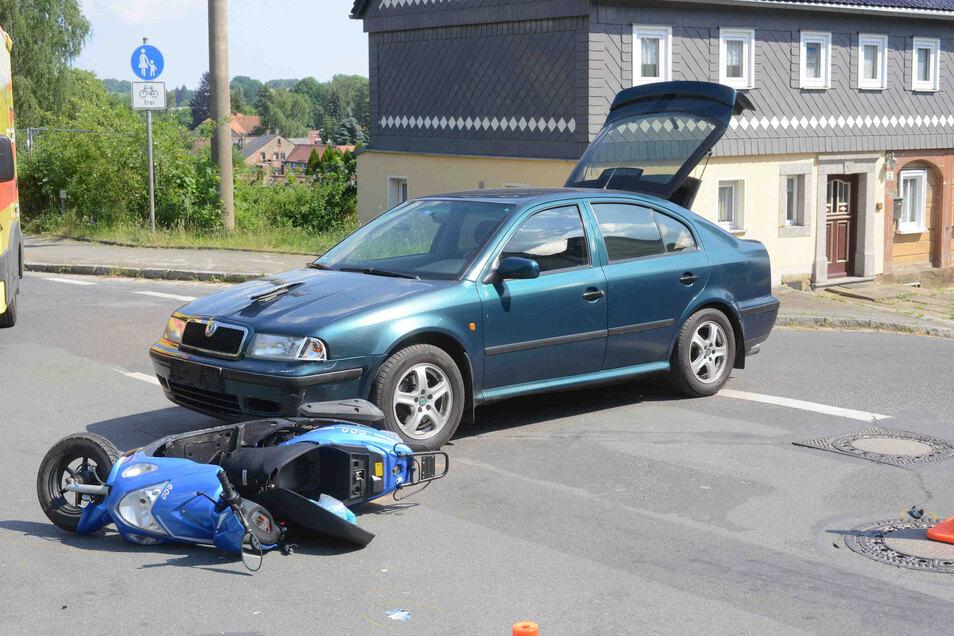 Der Rollerfahrer wurde schwer verletzt.