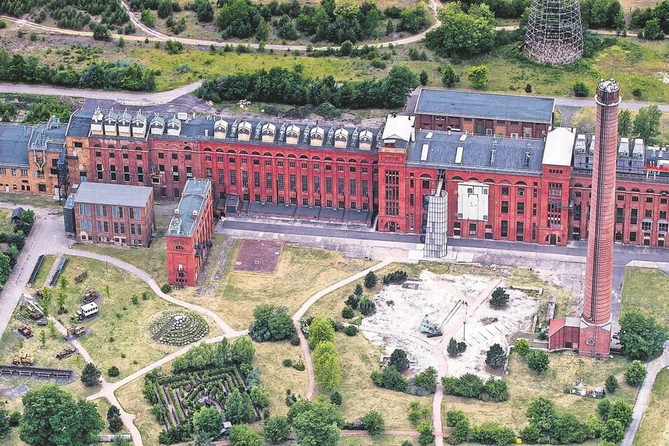 Von 1918 bis zur Stilllegung 1993 wurden in der Brikettfabrik Werminghoff (später Knappenrode) Briketts aus Rohbraunkohle produziert. Nach der Schließung blieben die imposante Backsteinarchitektur, die fast vollständig eingerichtete Brikettfabrik mit eine