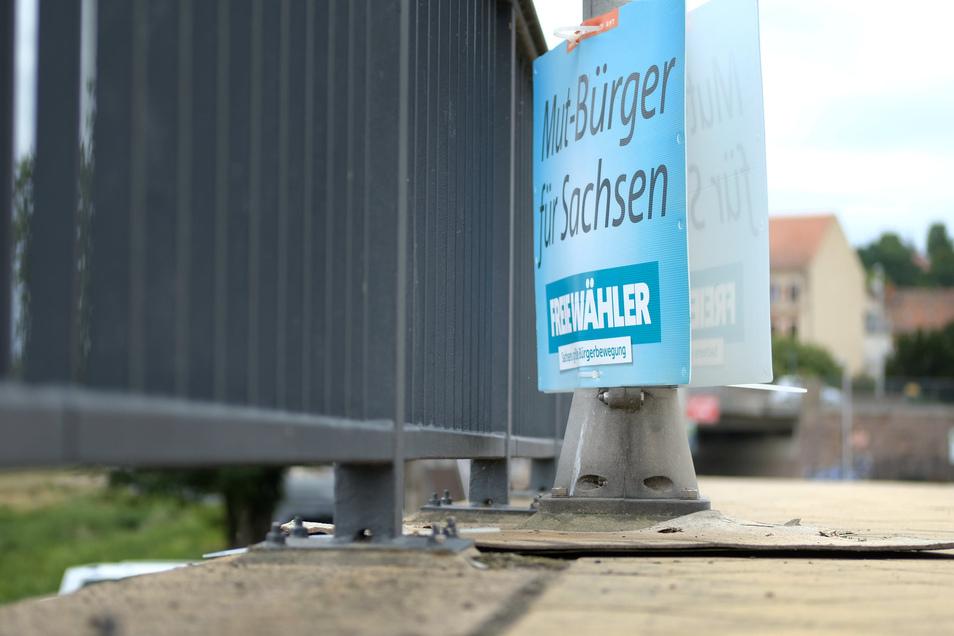 Nicht so leicht zu finden: Ein Plakat der Freien Wähler auf der Meißner Altstadtbrücke. Ihr Motto: Mehr Mut machen.