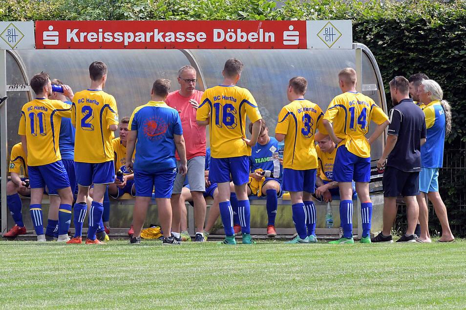 Ziel von BC-Trainer Peter Eigenwillig (Mitte) ist es, mit dem BC Hartha schöneren Fußball zu spielen, um wieder mehr Fans ins Industriestadion zu locken. Dazu gibt es im heutigen Lokalderby gegen den SV Aufbau Waldheim die erste Gelegenheit.