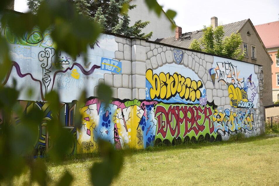 """Diese Wand sorgte voriges Jahr in Bischofswerda für viel Diskussion, weil im Rahmen der """"Kollision der Künste"""" das Gemälde """"Tor zur Oberlausitz"""" einfach übermalt worden war. Dieses Jahr soll die Fläche wieder neu gestaltet werden."""