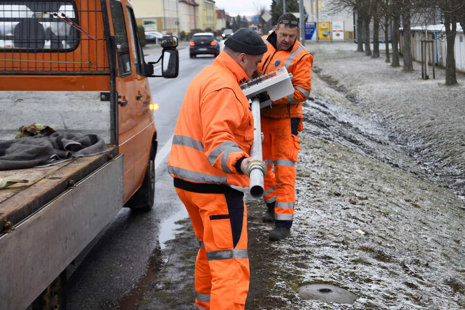 Zwei Mitarbeiter des Bauhofs Bischofswerda haben das rund 40 Kilogramm schwere Tempodisplay am Freitagmorgen aufgestellt.