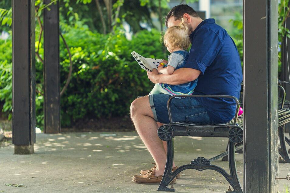 Wenn das Kind kränkelt, dann bleibt in Sachsen auch Mal der Papa zuhause.