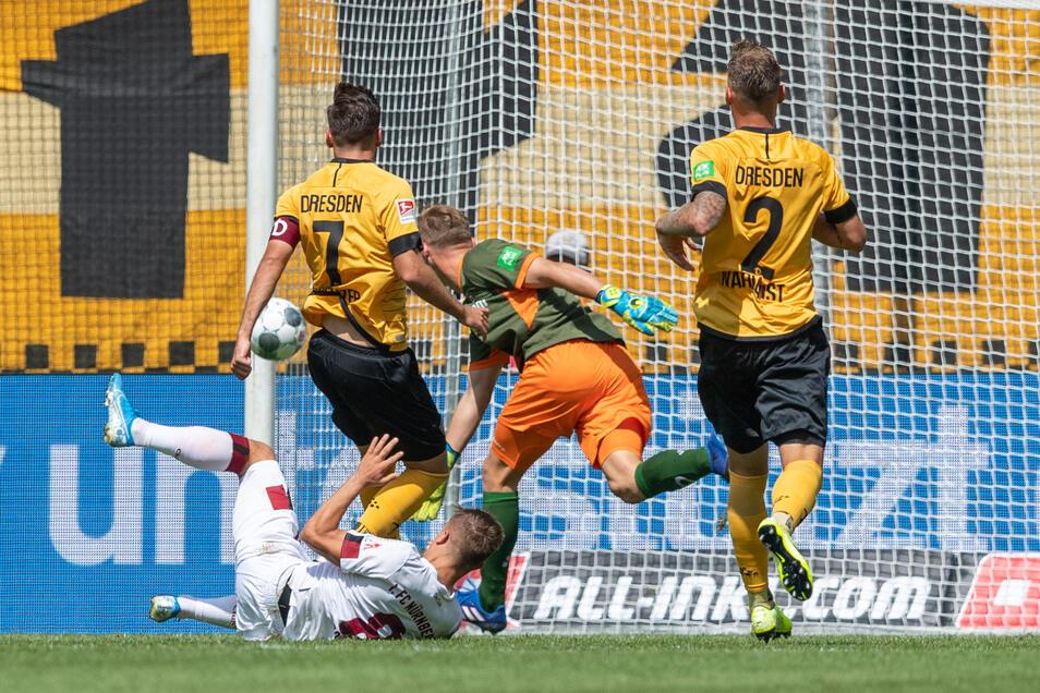 Nürnbergs Nikola Dovedan erzielt das 0:1, Dynamos Niklas Kreuzer, Torwart Kevin Broll und Linus Wahlqvist (v. l.) können das nicht verhindern.