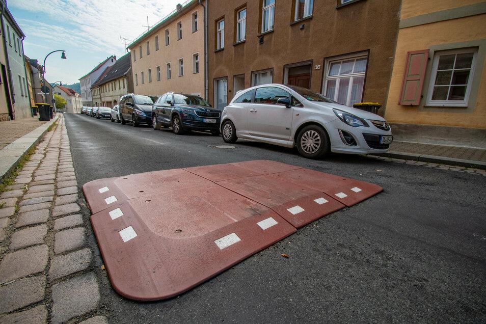 """Auf der Nossener Straße in Roßwein sollen solche Berliner Kissen die Kraftfahrer zum Langsamfahren anhalten. Die """"Hemmschwellen"""" sind von den einen gewünscht, die anderen schimpfen darüber."""