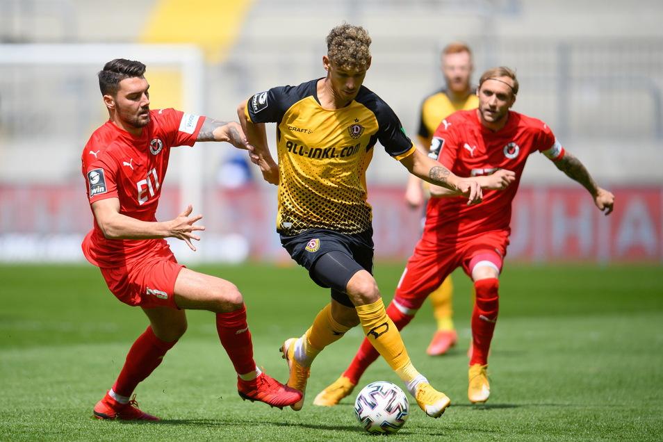 Heinz Mörschel setzt sich gegen Kölns Maximilian Rossmann (l) und Marcel Risse durch. Dynamo beginnt druckvoll.