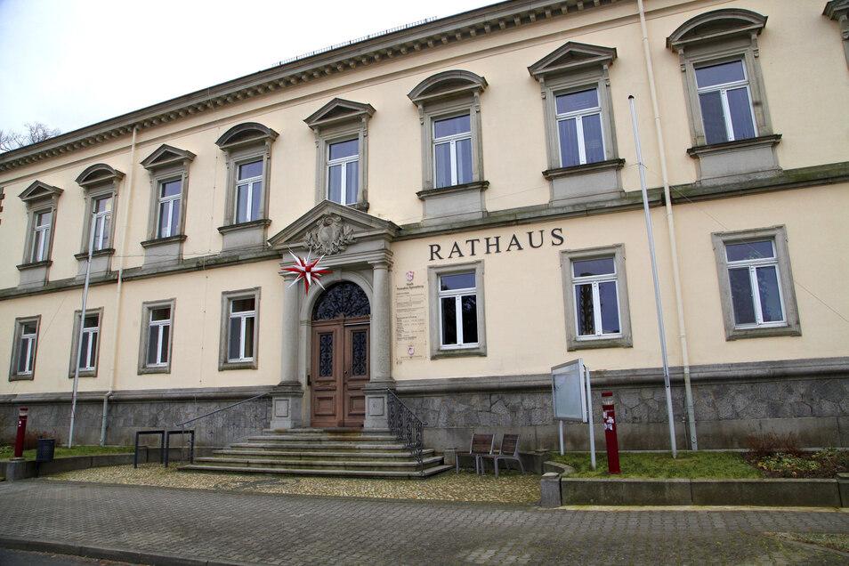 Treppen an den Eingangstüren machen den Weg ins Rathaus in Neusalza-Spremberg für Rollstuhlfahrer bislang nur schwer möglich.
