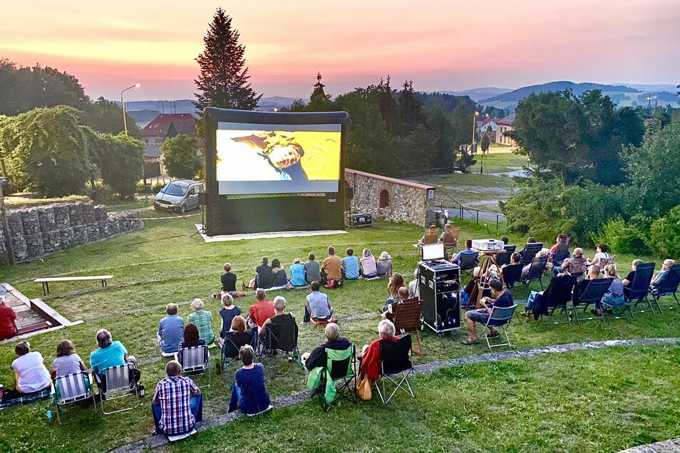 Das zweite Wochenende in Folge luden die Mitglieder des Ebersbacher Film-, Theater- und Kulturvereins zum Kino unter freiem Himmel ein. Der Eiskellerberg liefert dafür die perfekte Kulisse. In mitgebrachten Campingstühlen oder auf Decken auf der Wiese machten es sich die Besucher bequem und schauten einen Spielfilm über Udo Lindenberg an.