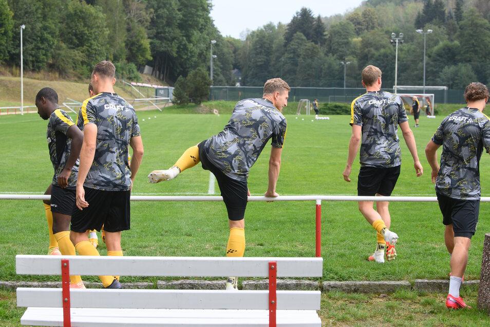 Willkommen im Erzgebirge. Im beschaulichen Lößnitz bestreitet Dynamo die Pflichtspiel-Generalprobe - gegen den sächsischen Rivalen Aue. Und unter Ausschluss der Öffentlichkeit.
