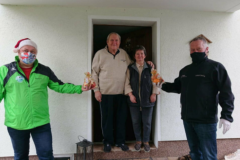 Mitglieder vom Zschaitzer Sport- und Heimatverein überrascht alle Zschaitz-Ottewiger ab Jahrgang 1955 und älter mit einem Präsent.