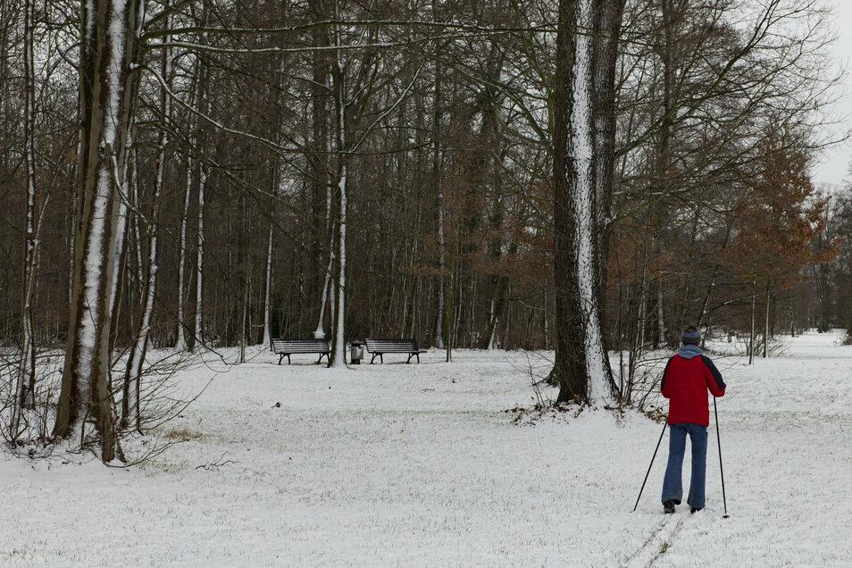Skiläufer Lin nutzt den Schnee, auch Jogger und sogar Radfahrer sind derzeit aktiv.