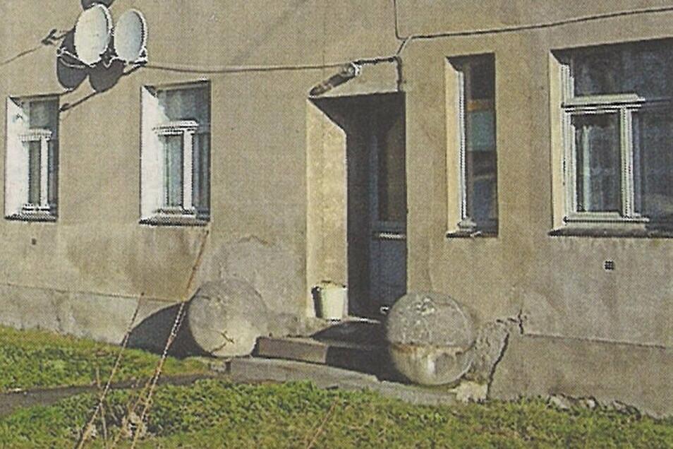 Zu DDR-Zeiten lagen die Stalinkugeln am Eingang zum Fuchsbau Radeburger Straße - bis 2012.