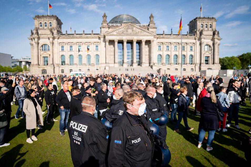 Mehrere hundert Menschen demonstrieren vor dem Reichstagsgebäude in Berlin gegen eine Impfpflicht und gegen die Maßnahmen der Bundesregierung gegen die Ausbreitung des Coronavirus.