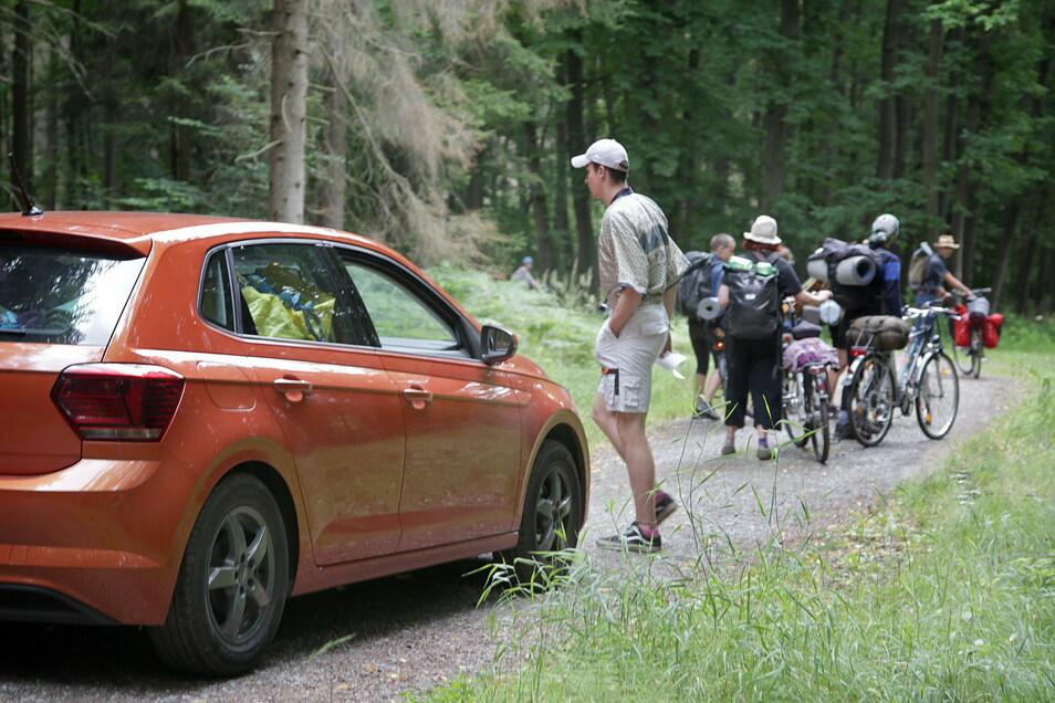 Im Juli 2020 fuhren Boofer mit dem Auto auf dem Elbleitenweg durch den Wald. Dabei sind selbst Fahrräder auf diesem Abschnitt im Nationalpark Sächsische Schweiz nicht gestattet.
