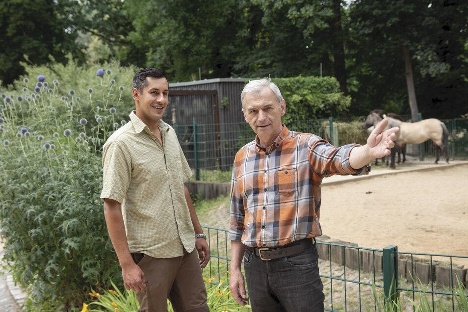 Florian Hanisch (l.) war erst im Sommer auf den langjährigen Tierparkleiter Gerhard Herrmann (r.) gefolgt. Doch nun verlässt er die Stelle schon wieder.