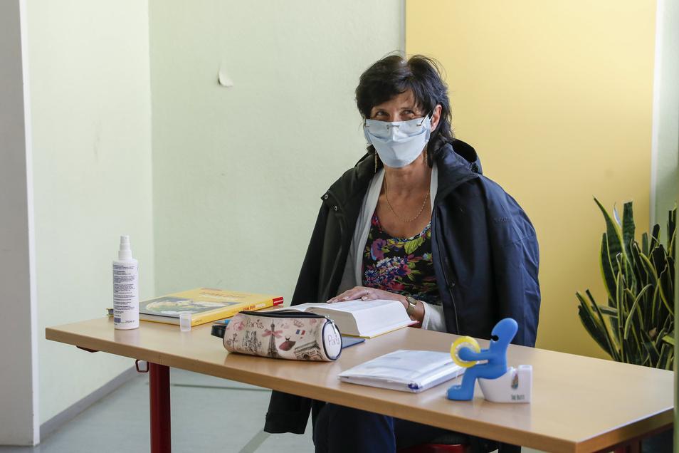 Lehrerin Ilona Herzog passt vor der Toilette auf, dass immer nur ein Schüler alleine in die Sanitärräume geht.