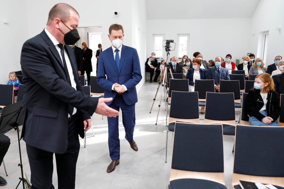 Ministerpräsident Michael Kretschmer kam am Sonntag zum Weihegottesdienst in die Neuapostolische Hauskirche in Löbau. Der fand unter strengen Corona-Bedingungen statt.
