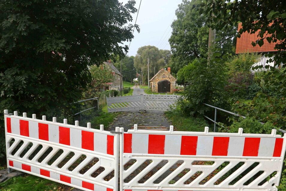 Die Brücke über das Kleinhänchener Wasser ins Niederdorf von Panschwitz-Kuckau ist kaputt. Das sorgt für Kritik.