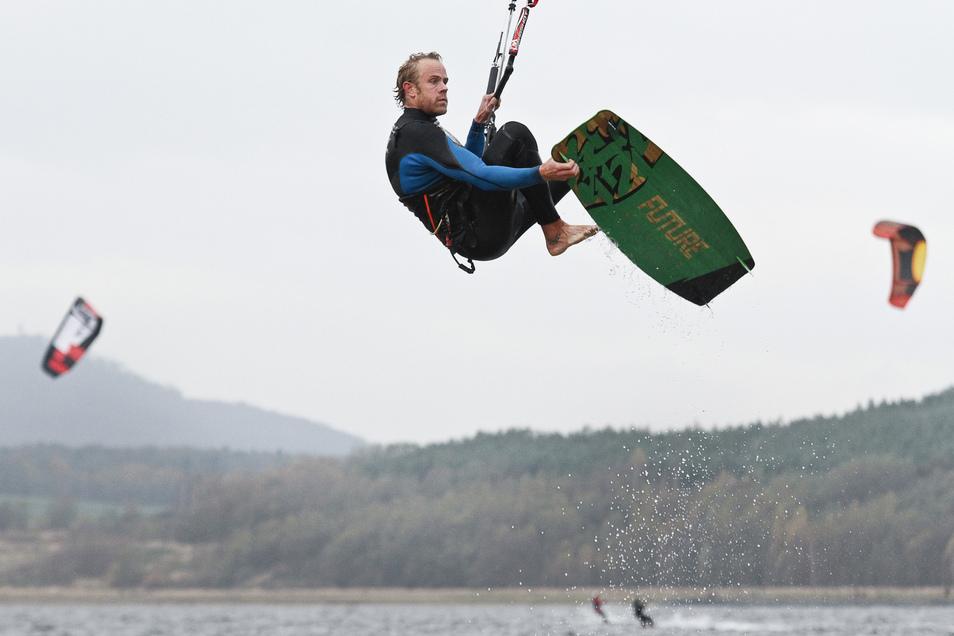 Ein Kitesurfer zeigt auf dem Berzdorfer See, was die Profis an Tricks draufhaben.