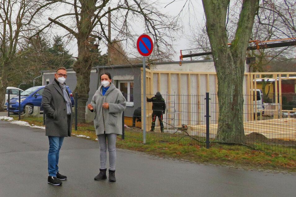 Inhaber Karsten Rudolph (links) und Pflegedienstleiterin Mandy Jahndel freuen sich über den Baufortschritt am ehemaligen Feuerwehrdepot (rechts im Bild).
