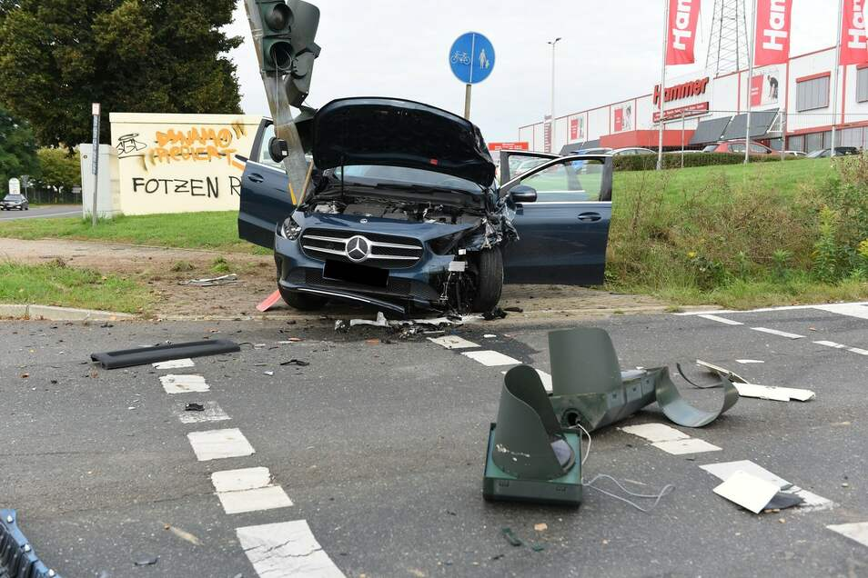 Der Mercedes wird gegen die Ampel geschleudert. Dort kommt das Fahrzeug zum Stehen. Der Fahrer wird leicht verletzt.