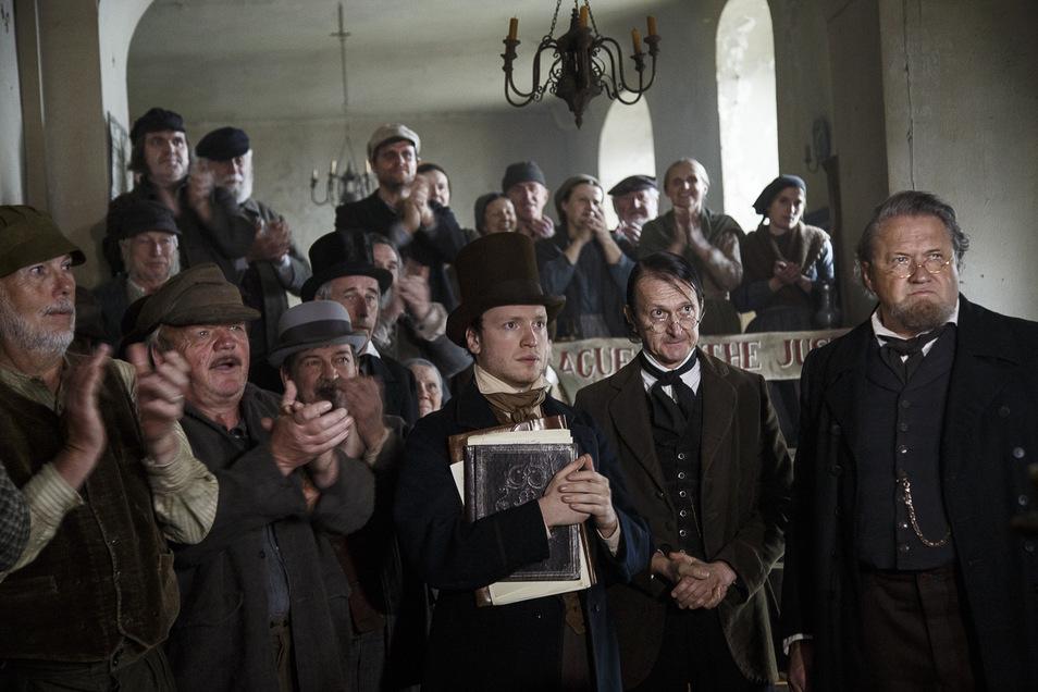 """Beispielsweise war der Braune Hirsch in dieser Szene von """"Der junge Karl Marx"""" die Stadt London."""