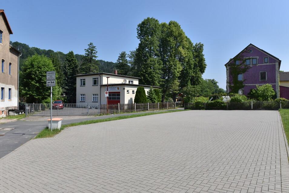 Auf dem Parkplatz der Feuerwehr soll eine Fahrzeughalle entstehen.