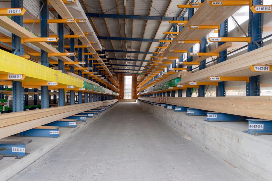 Beim Baustoffzulieferer Wöhlk in Bautzen lichten sich die Regale. Das Bauholz, das hier noch zu sehen ist, ist schon längst reserviert.