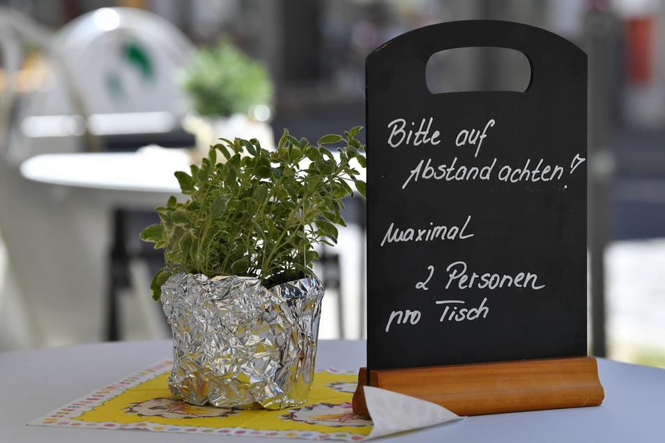 In Sachsen dürfen nur Mitglieder von zwei Haushalten zusammen essen und zwischen den Tischen müssen mindestens 1,5 Meter Abstand sein. Der Hotel- und Gaststättenverband sagt, damit sollten Ansteckungen eigentlich vermieden werden.