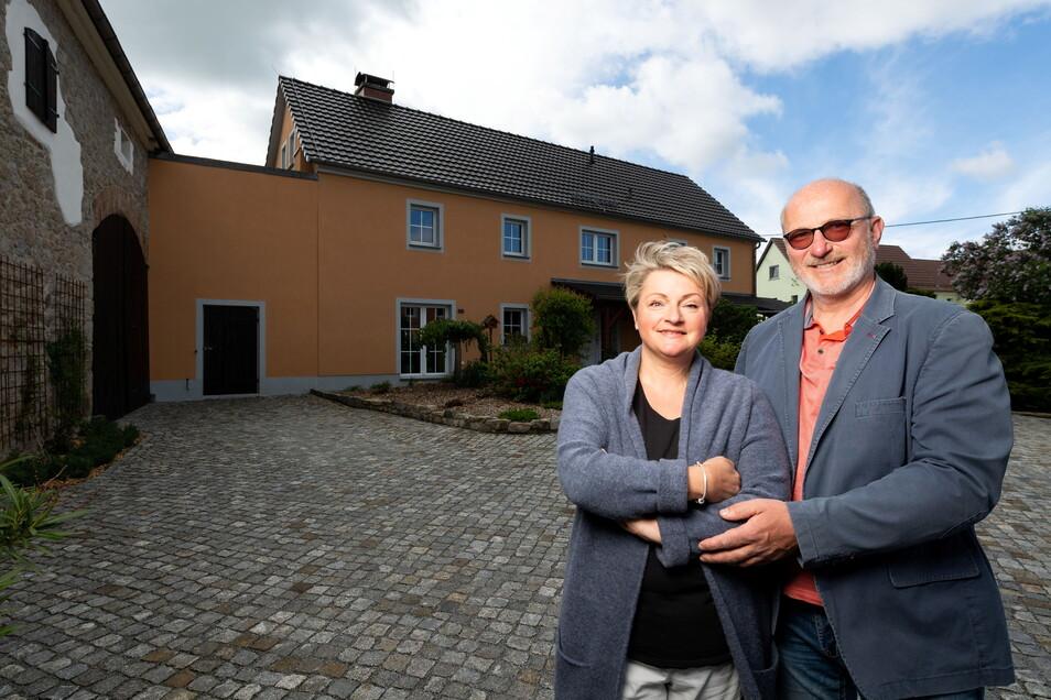Bis Ende 2020 war das große, jetzt orangefarbene Nebengebäude auf dem Doberschützer Hof von Heike Schulz und Jens Richter noch fest vermietet. Als die Bewohner auszogen, ergriffen die beiden Gastgeber die Chance und erweiterten ihr Ferienangebot.