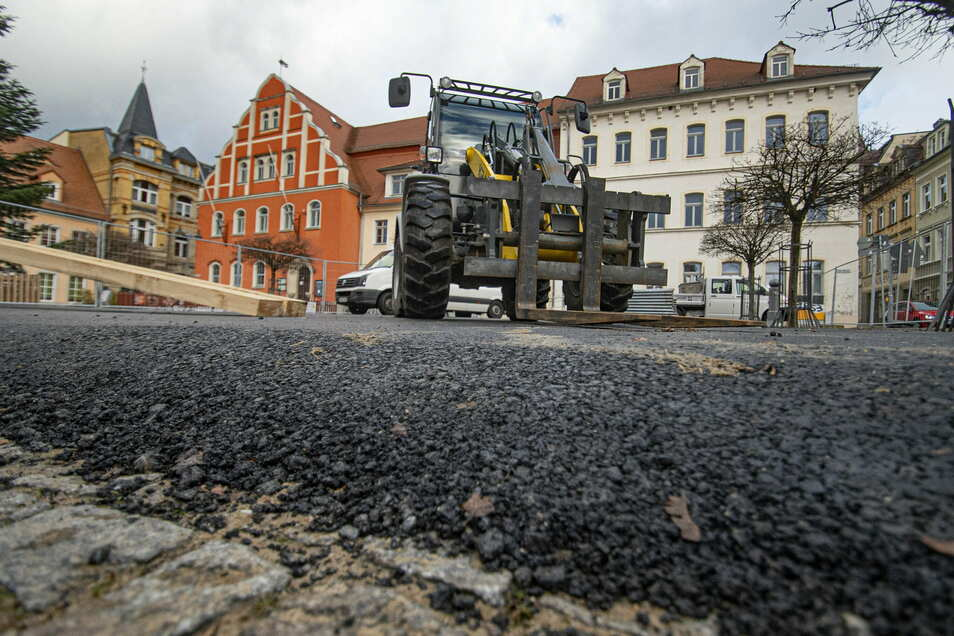 Schwarzer Asphalt bedeckt den Marktplatz von Pulsnitz. Er soll das Pflaster während der Bauarbeiten am Rathaus zu schützen.