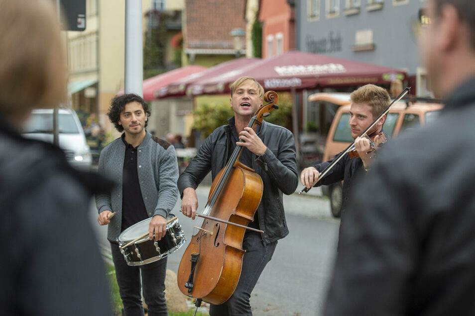 Die Band Stilbruch spielte zu Beginn des Radebeuler Weinherbsts auf dem Anger in Altkötzschenbroda. Am Sonnabend gibt die Gruppe drei Konzerte auf dem Weingut Hoflößnitz.