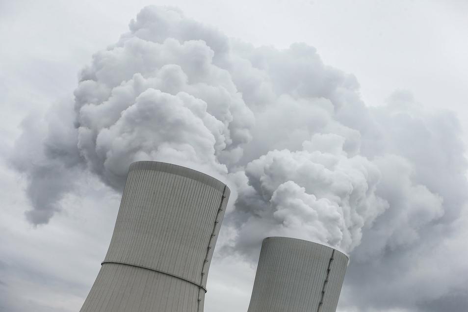 Die Kühltürme des Braunkohlekraftwerks Lippendorf bei Leipzig: Bei dieser Art der Energieerzeugung fällt viel Kohlendioxid an. Der Emissionshandel mit CO2-Zertifikaten soll helfen, den Ausstoß zu senken.