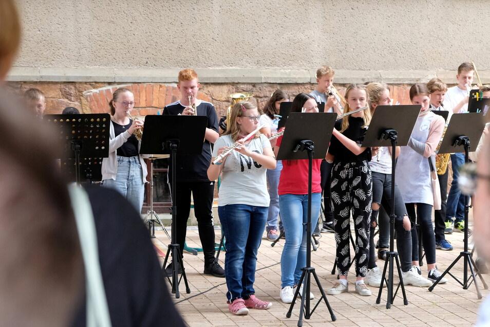 Die Bläserklassen der Schule sorgten für Musik und Trommelwirbel.