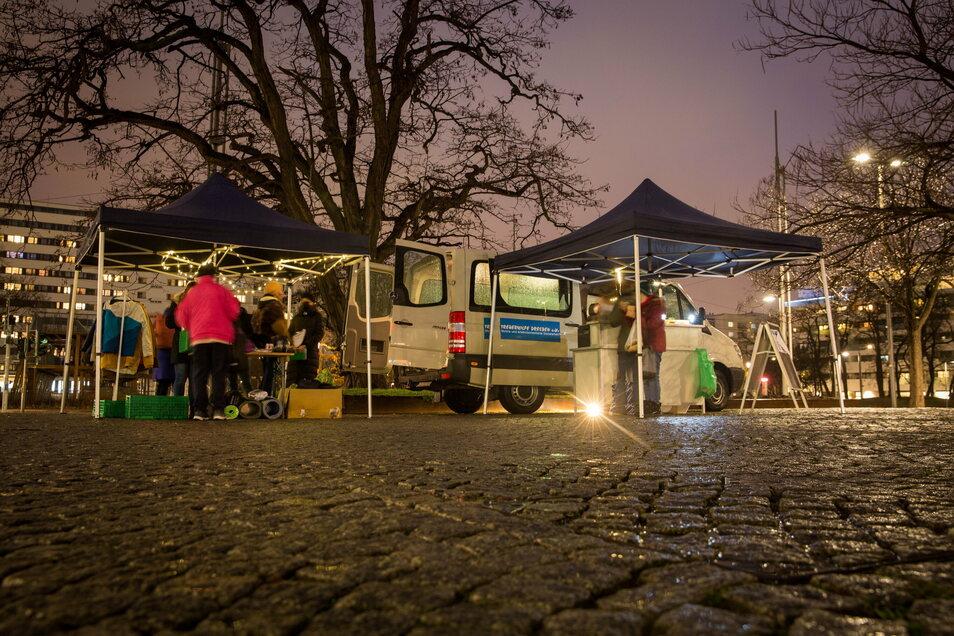 Der Sozialbus der Treberhilfe steht jeden Montag, 13 Uhr, auf dem Scheunevorplatz in der Neustadt und jeden Donnerstag, 17 Uhr, am Dr. Külz-Ring im Stadtzentrum. Dort erhalten Menschen in prekären Lebenslagen Essen, Kleidung und Hygieneartikel.
