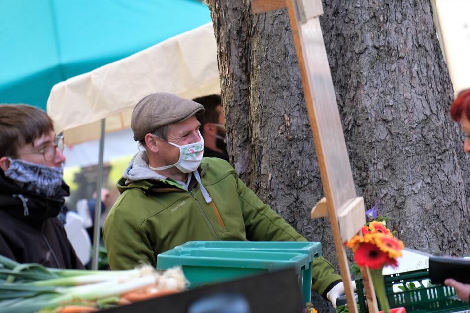 Gut besucht war am Sonnabend der Grünmarkt in Meißen. Besucher und Verkäufer hielten sich diszipliniert an die Vorgaben.