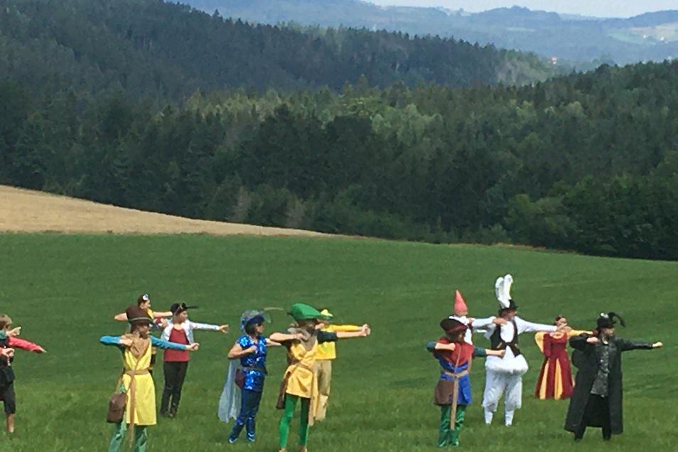 Die Sandsteinspiele finden auf idyllischen Wiesen in der Sächsischen Schweiz statt. Das Publikum zieht mit Klapphockern mit.