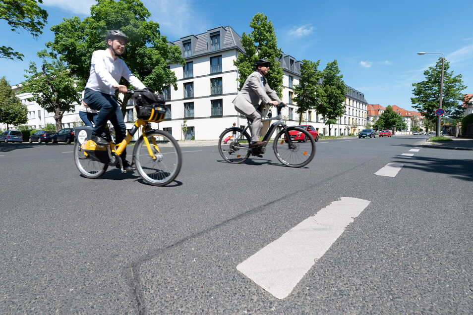 Baubürgermeister Stephan Kühn (l.) und OB Dirk Hilbert radeln die Strecke ab, die zur Fahrradstraße werden soll. Die Kreuzung Schlüter-/Glashütter Straße soll übersichtlicher gestaltet werden.