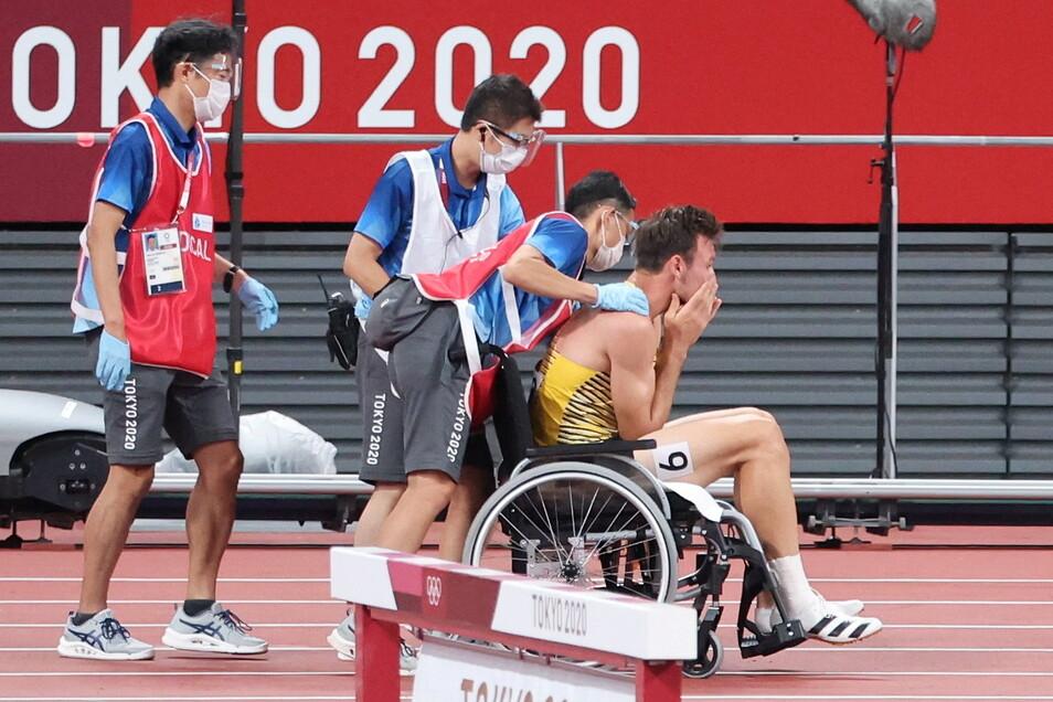 Olympia-Aus für Niklas Kaul. Der Zehnkampf-Weltmeister muss im 400-Meter-Lauf verletzt aufgeben und wird im Rollstuhl aus dem Stadion gebracht.