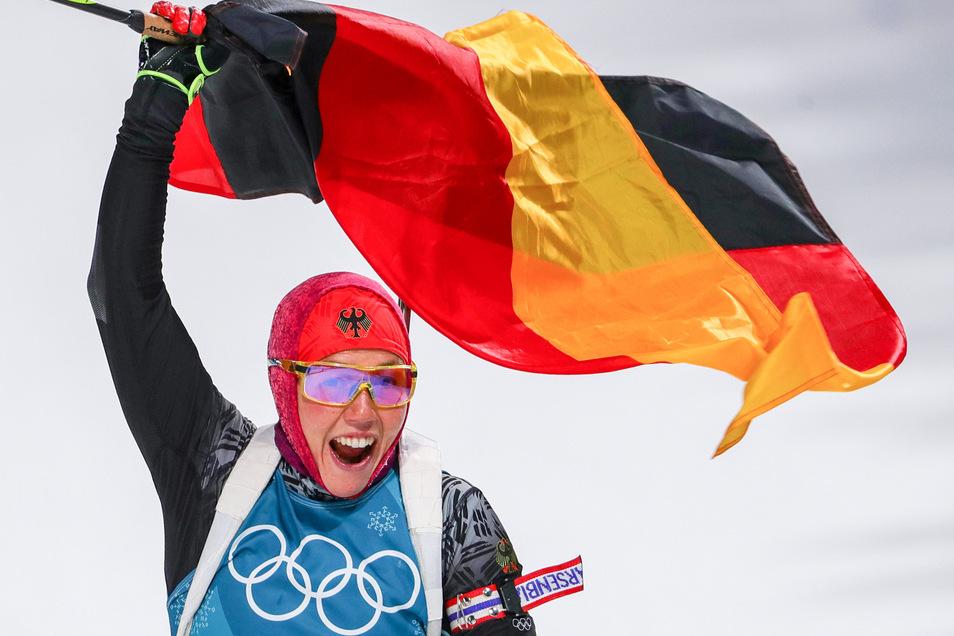 So kennt man sie. Laura Dahlmeier bejubelt 2018 den zweiten Sieg bei den Olympischen Winterspielen.