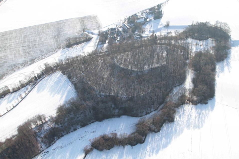 So sieht die Kopschiner Schanze bei Crostwitz im Winter aus der Luft aus...