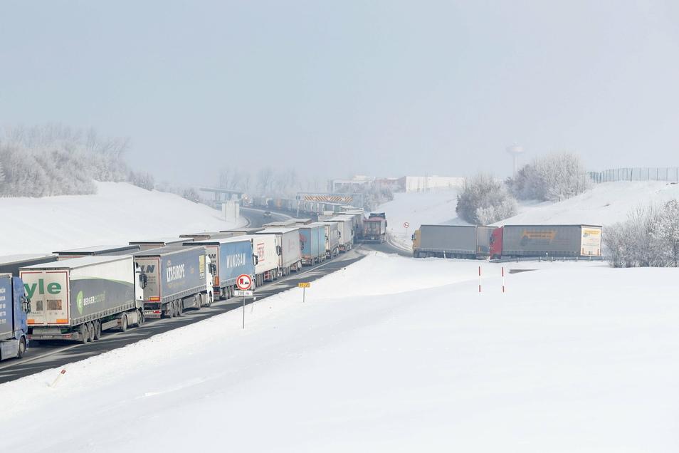 Lastwagen warten bei Usti nad Labem auf nach Sachsen führenden Autobahn D8.
