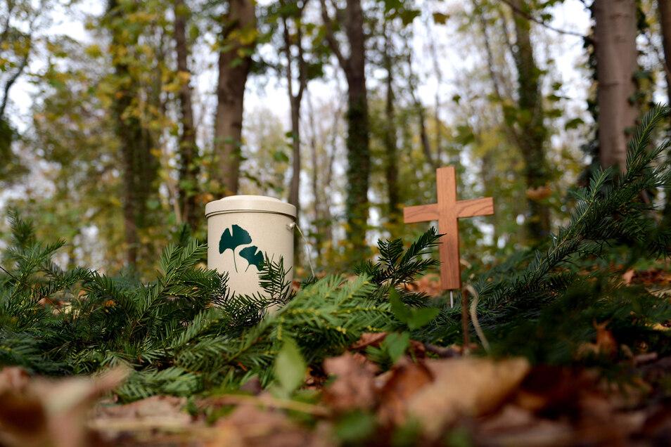 In aller Stille und ohne viele Gäste laufen derzeit Bestattungen und Beisetzungen ab.