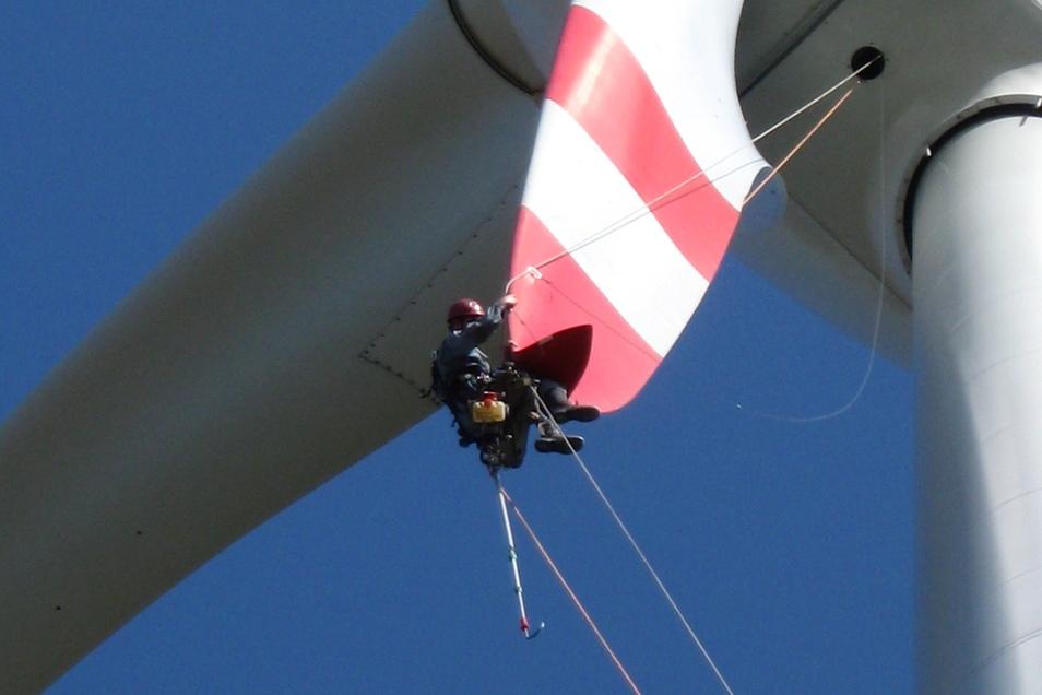 Die riesigen Blätter der Windräder müssen regelmäßig geprüft werden. In bis zu 140 Metern Höhe arbeitet Dieter Krebs aus Radebeul. Im Einsatz ist er quer durch Deutschland und in den Nachbarländern.